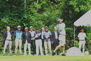 郡市対抗ゴルフで力強いショットを放つ選手=午前9時半ごろ、御所カントリークラブ