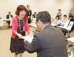 第1席の徳島新聞社賞に選ばれ、賞状を受け取る岡本さん(左)=徳島市の県立文学書道館