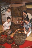 木田さんをしのぶグループ展の準備を進める極楽とんぼのメンバー=藍住町乙瀬の古民家販売につなげたい」としている。