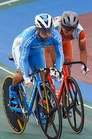 男子スプリント決勝 スパートを仕掛ける小松島西の太田(左)=沖縄県総合運動公園自転車競技場