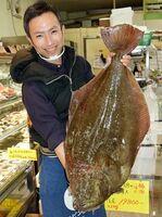 店に入荷された大きなヒラメ=海陽町宍喰浦のショッピング大黒