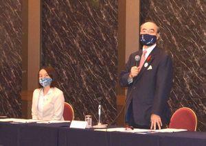 県市強調未来創造検討会議の初会合であいさつする飯泉知事。左は内藤徳島市長=22日、JRホテルクレメント徳島