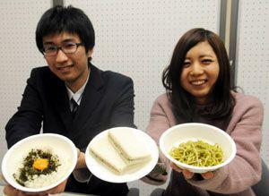 開発したふりかけを使った料理を持つ澁谷さん(左)ら=徳島市の城西高