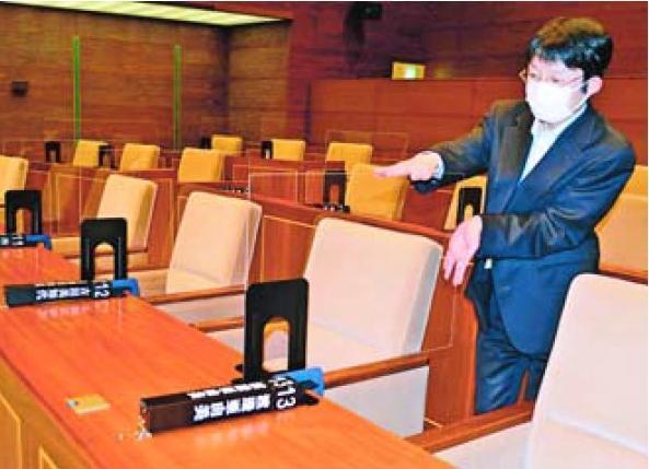 座席の間に設けたアクリル板の仕切り=徳島市議会本会議場