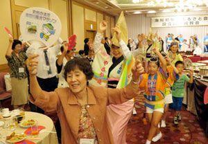 阿波踊りで海陽町関西ふるさと会の設立を祝う参加者ら=大阪市内