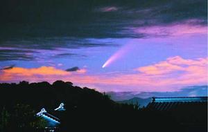 雲の切れ間から確認されたネオワイズ彗星=昨年7月16日、海陽町大里(丸岡一洋さん提供)