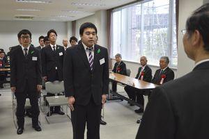 研修生を代表して決意を述べる末次さん=徳島市川内町の徳島健康科学総合センター