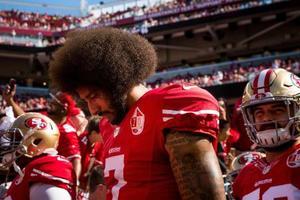 2016年10月、試合前に人種差別への抗議を示す49ersのQBキャパニック=サンタクララ(ロイター=共同)