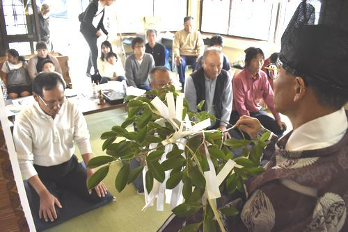 日本の安寧や世界平和を祈る氏子=小松島市田浦町の下王子神社