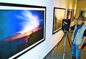 鈴鹿名誉教授が世界各地で撮影した風景写真を和紙に印刷した作品=吉野川市山川町の阿波和紙伝統産業会館