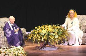文化や平和について幅広く語った寂聴さん(左)と美輪さんのトークショー=長崎市内(長崎新聞社提供)