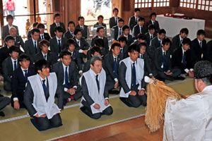 J1昇格を期し必勝祈願する徳島の選手たち=鳴門市の大麻比古神社