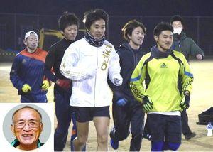 52年ぶりのフル出場を目指し練習に励む名東郡チーム。石本さん(写真左下)への追悼の意を込めて27人が選手登録した=佐那河内村中央運動公園