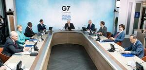 G7サミットで2日目の討議に臨む菅首相(右手前)ら各国首脳。奥中央はジョンソン英首相、同左は韓国の文在寅大統領=12日、英コーンウォール(AP=共同)