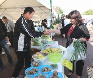 県産野菜などを買い求める人でにぎわった「とくしま食材フェア2015」=徳島市の藍場浜公園
