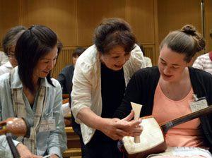 三味線の弾き方を学ぶ受講者=徳島市の阿波おどり会館