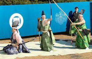 りりしい表情で演武に臨む射初め保存会員=徳島市の旧徳島城表御殿庭園