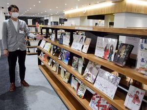 脇町、穴吹両高生と司書が選んだ本とPOPが並ぶ「おすすめ本POP展」=美馬市脇町の市立図書館