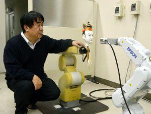 3Dスキャナーを使って木偶の形や色を計測する浮田講師=徳島大常三島キャンパス