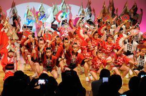 華麗な踊りを披露する有名連の子どもたち=徳島市の阿波おどり会館