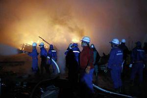 消火に当たる消防隊員ら=2日午前2時40分ごろ、美馬市美馬町