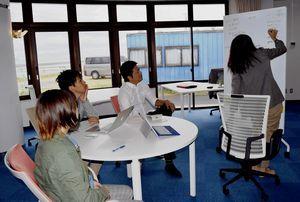 町コワーキングセンターでミーティングする町地域おこし協力隊員ら=海陽町大里