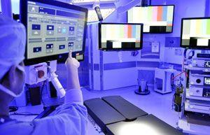 新設された内視鏡専用の手術室。タッチパネル(左端)で手術台や照明などを操作できる=徳島大病院