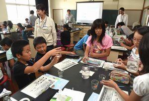 身近な川の水質を調べる児童=鳴門市の鳴門第一小学校