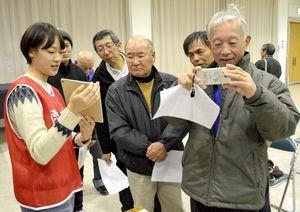 徳島文理大生が撮影した動画で避難経路を確認する参加者=美波町奥河内の日和佐公民館