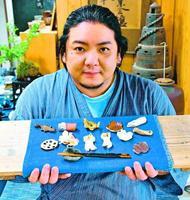 アベノマスクと交換する箸置きを示す森代表=鳴門市大麻町大谷の陶業会館梅里窯