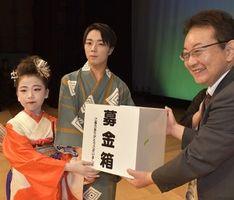 募金箱を渡す(左から)髙橋さんと谷口さん=徳島市のあわぎんホール