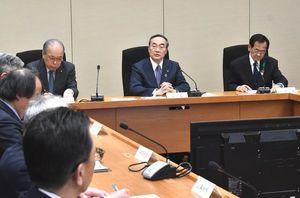 新たな新型コロナウイルス感染者の報告があった徳島県の対策本部会議=31日未明、県庁