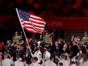 五輪開会式の入場行進で旗手を務める米国のスー・バード(中央左)=23日、東京(ゲッティ=共同)