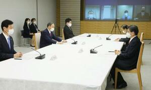 月例経済報告等に関する関係閣僚会議に臨む菅首相(左から2人目)ら=22日午後、首相官邸