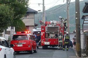 2人の遺体が見つかった住宅火災の現場付近=18日午後、福岡市早良区