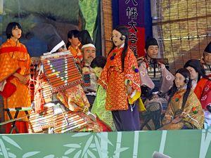 平家落人伝説を題材にした創作劇を演じる祖谷十八人会=三好市西祖谷山村のかずら橋夢舞台
