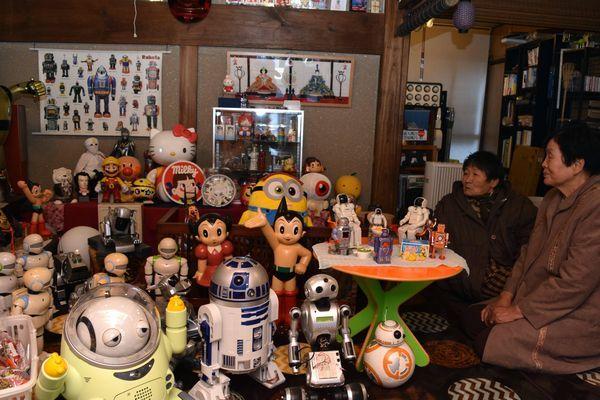 さまざまな人形やロボットが並ぶおもちゃの博物館。近隣住民憩いの場になっている=勝浦町沼江の西岡商店街