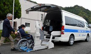 5日から運行が始まる買い物バス「福ちゃん号」。車いすのままでも乗車できる=勝浦町三渓
