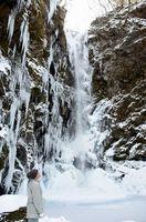 連日の寒波で凍り付いた神通滝=神山町上分