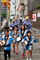 涼やかな音色を響かせた徳島佐苗会青の会の三味線流し=徳島市のふれあい橋南詰め