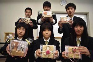 3校が共同で作ったアロマの香る写真立て=三好市の池田高校三好校