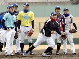 合同自主トレ初日から精力的に取り組む徳島の選手たち=JAバンク徳島スタジアム