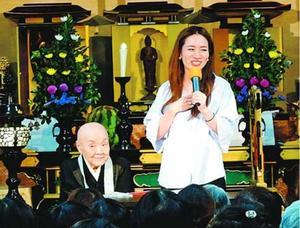 結婚を報告する瀬尾さん(右)と瀬戸内さん=京都市の寂庵