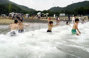 波打ち際で歓声を上げる子どもたち=美波町の田井ノ浜海水浴場