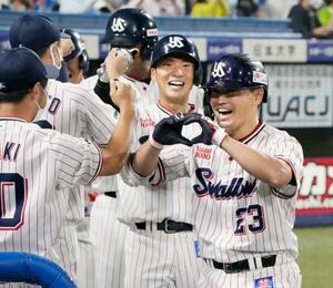 5回、満塁本塁打を放ち、ナインに迎えられるヤクルト・青木(手前)=神宮