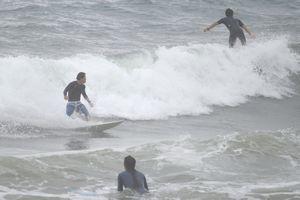 サーフィンを楽しむ若者たち=海陽町宍喰浦の宍喰海岸