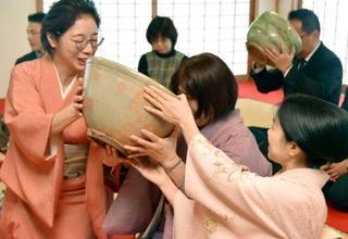 特大の茶わんで新春の一服、奈良