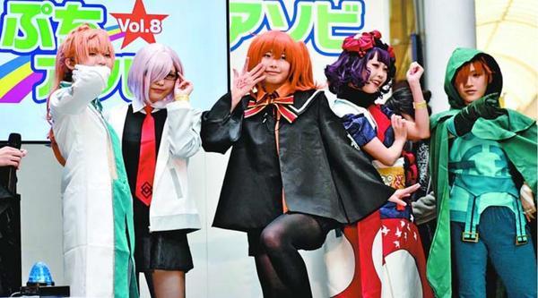 色とりどりの衣装を披露する参加者=徳島市の東新町商店街