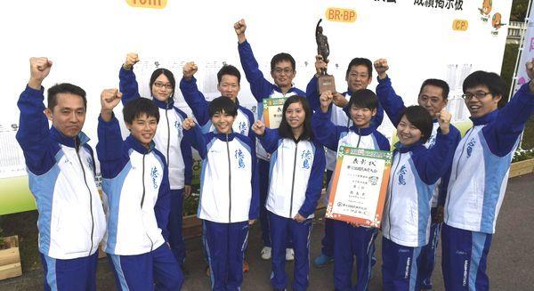 16年ぶり7度目の総合優勝を果たした徳島のライフル射撃陣=愛媛県内子町城の台公園
