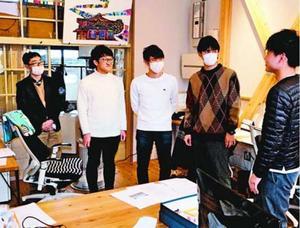 「あわえ」の社員(右端)から事業の説明を受ける学生=美波町日和佐浦